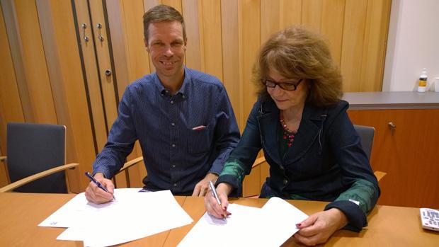 Tekonivelsairaala Coxan toimitusjohtaja Tarmo Martikainen ja Fysi Partners Finland Oy:n toimitusjohtaja Aino Sainio allekirjoittivat kumppanuussopimuksen.